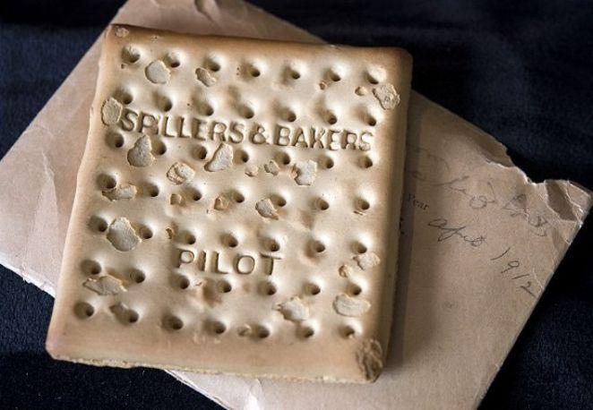 Biscoito 'sobrevivente' ao naufrágio do Titanic é leiloado por R$ 89 mil.
