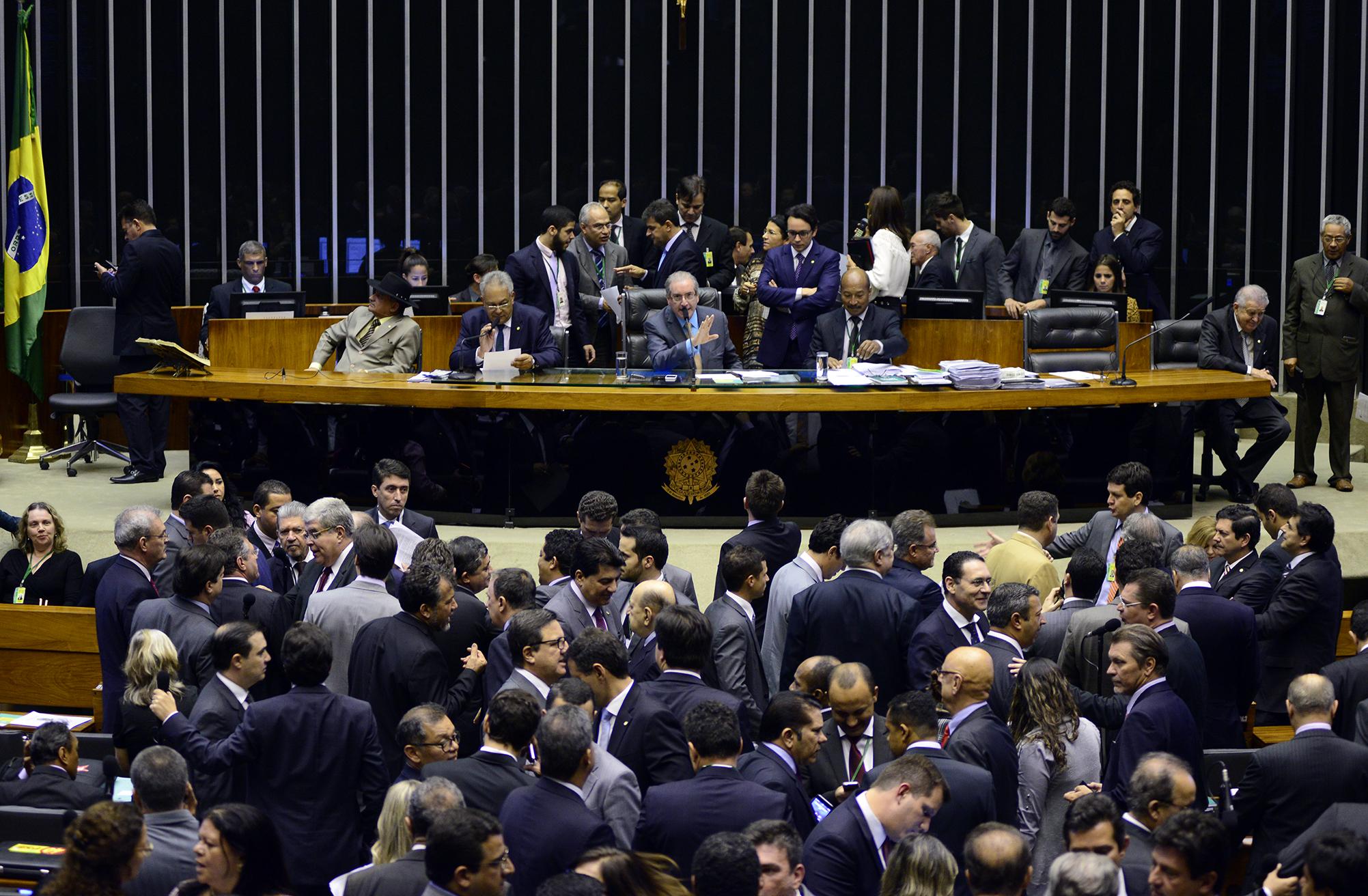 Câmara Federal: Projeto sobre regularização de ativos causa polêmica em Plenário; votação é adiada.