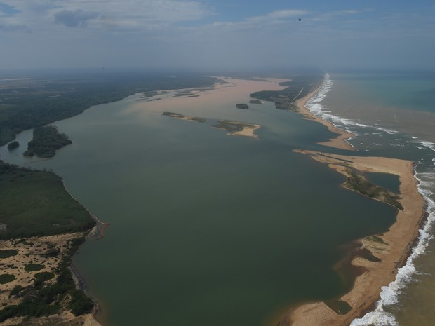 Desastre Ambiental: Lama muda a cor do mar na foz do Rio Doce, em Linhares, ES