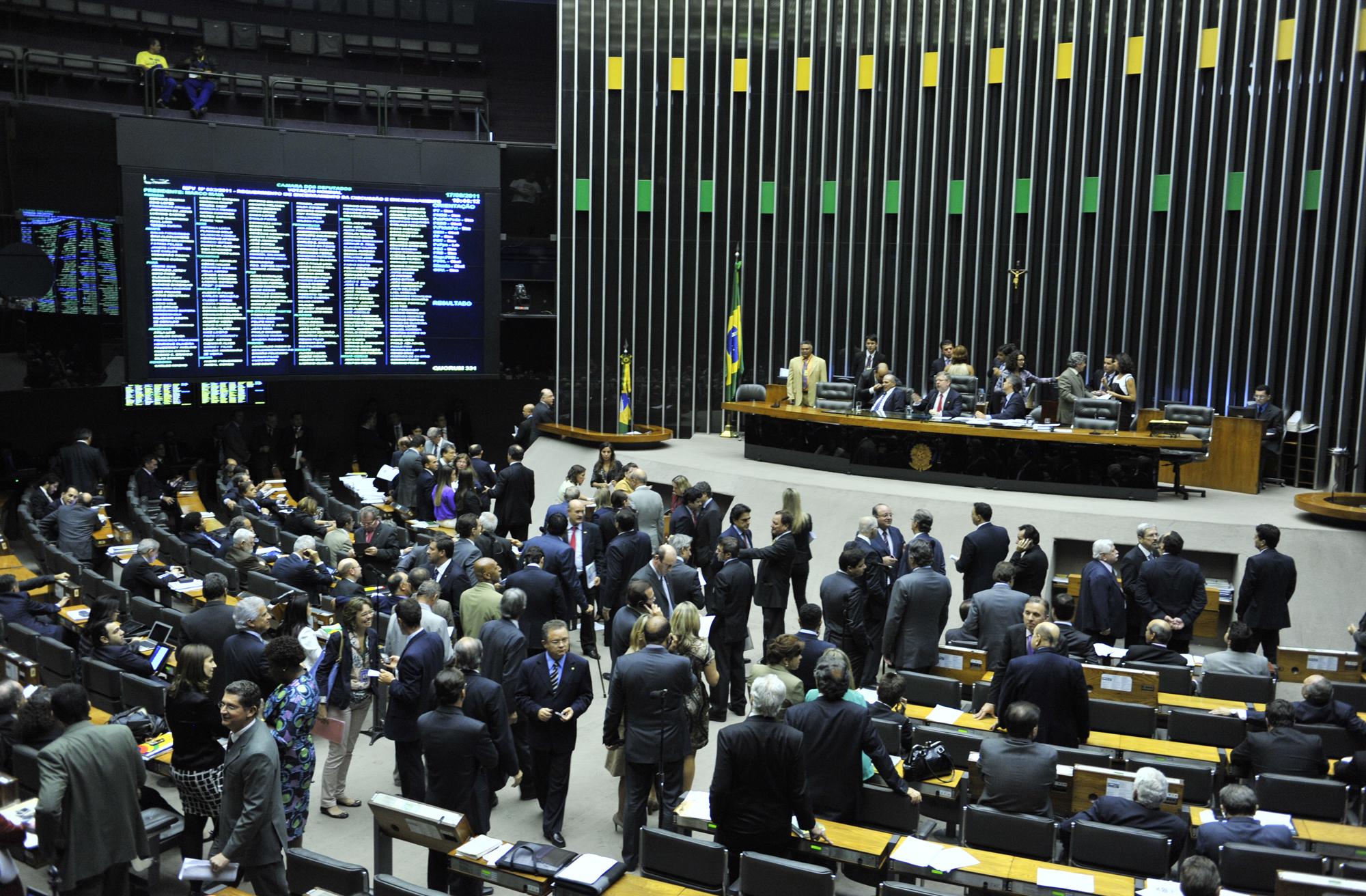 Cunha adia para terça-feira eleição de integrantes da comissão do impeachment