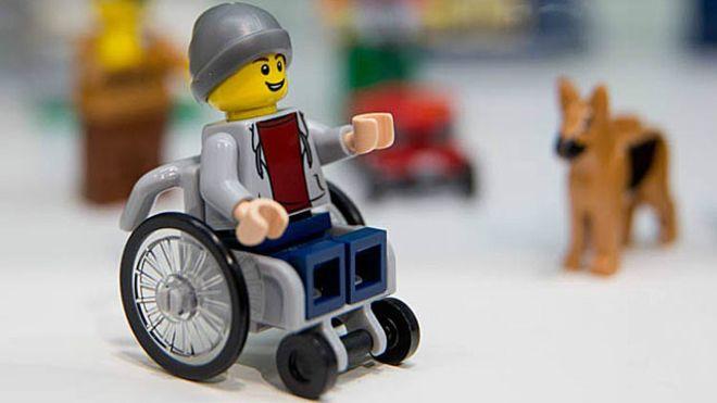Ativista que luta por brinquedos 'com deficiência' celebra lançamento de Lego cadeirante