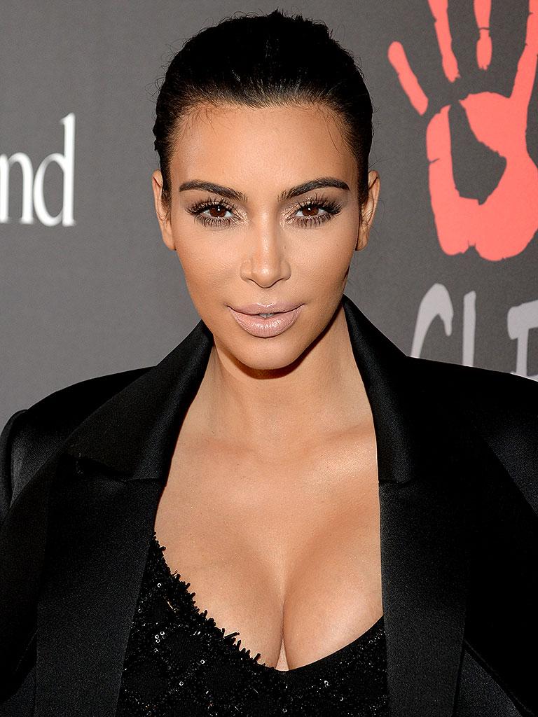 Kim Kardashian mostra segredo inusitado (e doloroso) para decote sem sutiã