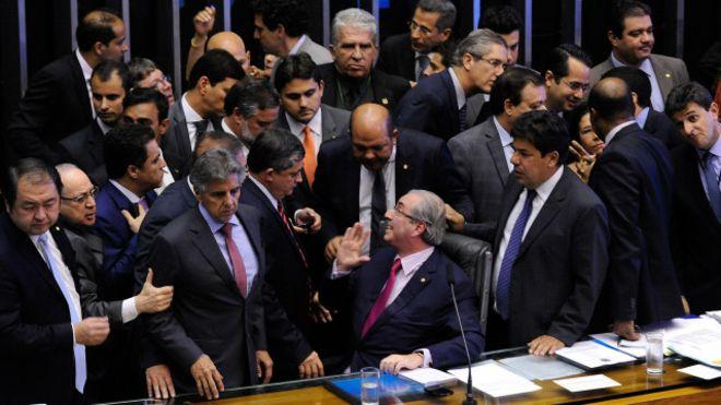 Políticos que votam impeachment são acusados de mais corrupção que Dilma, diz jornal americano