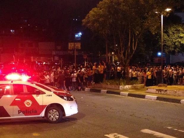 Polícia separa grupos pró e anti Lula em frente a prédio do ex-presidente