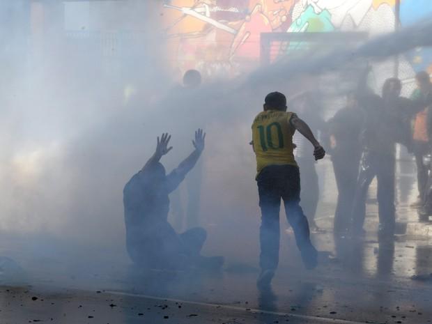 Tropa de Choque retira com água manifestantes que interditam Paulista