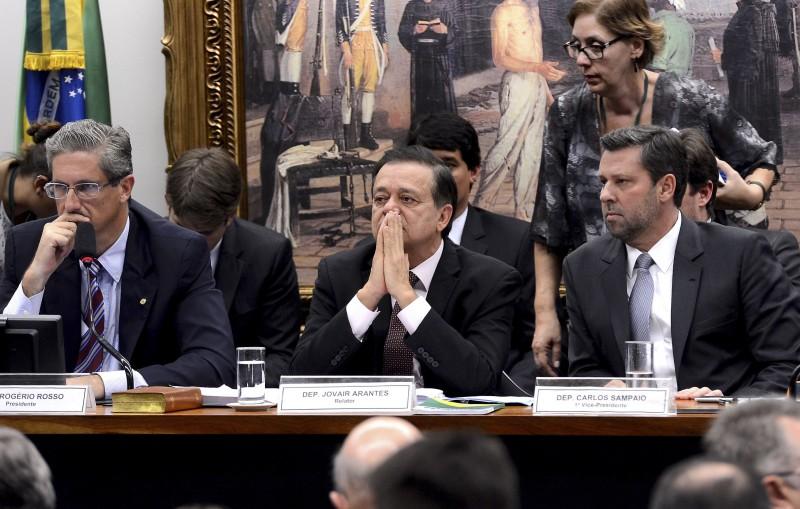 Após 13 horas , termina sessão sobre parecer de impeachment de Dilma