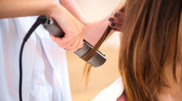 Importante: 5 coisas que acontecem no seu cabelo quando você passa chapinha