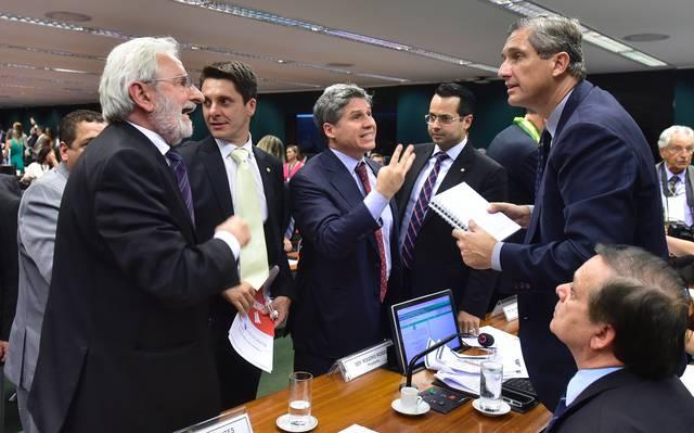 Comissão do impeachment aprova parecer pela saída de Dilma