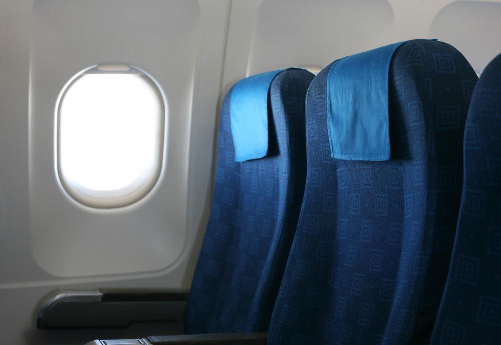 Por que devo colocar o assento na posição vertical em pousos e decolagens?