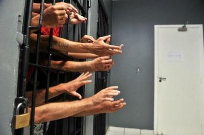 'Policiais estão fazendo vaquinha para presos não passarem fome'