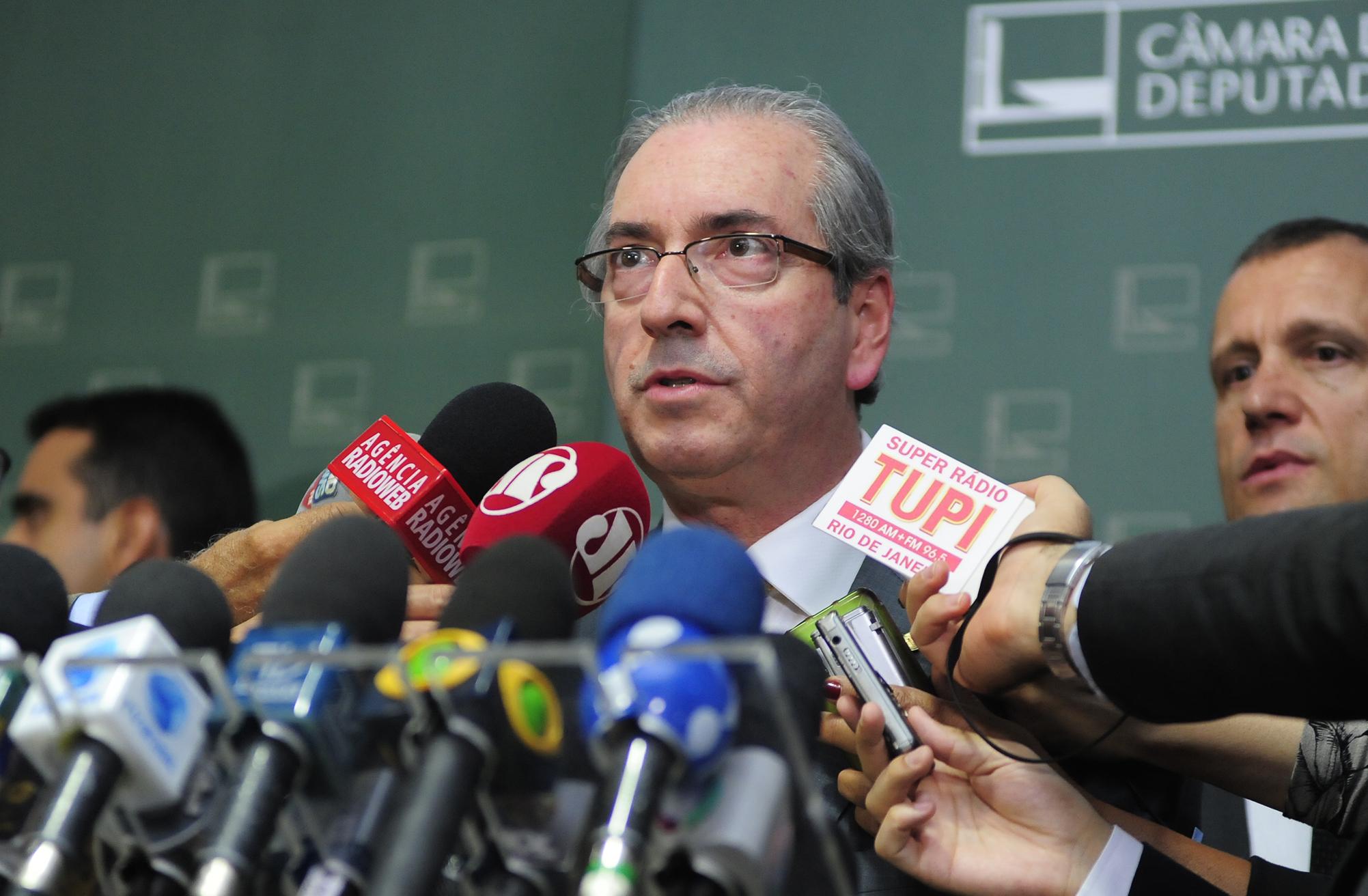 Após pressão, Eduardo Cunha renuncia ao cargo presidente da Câmara