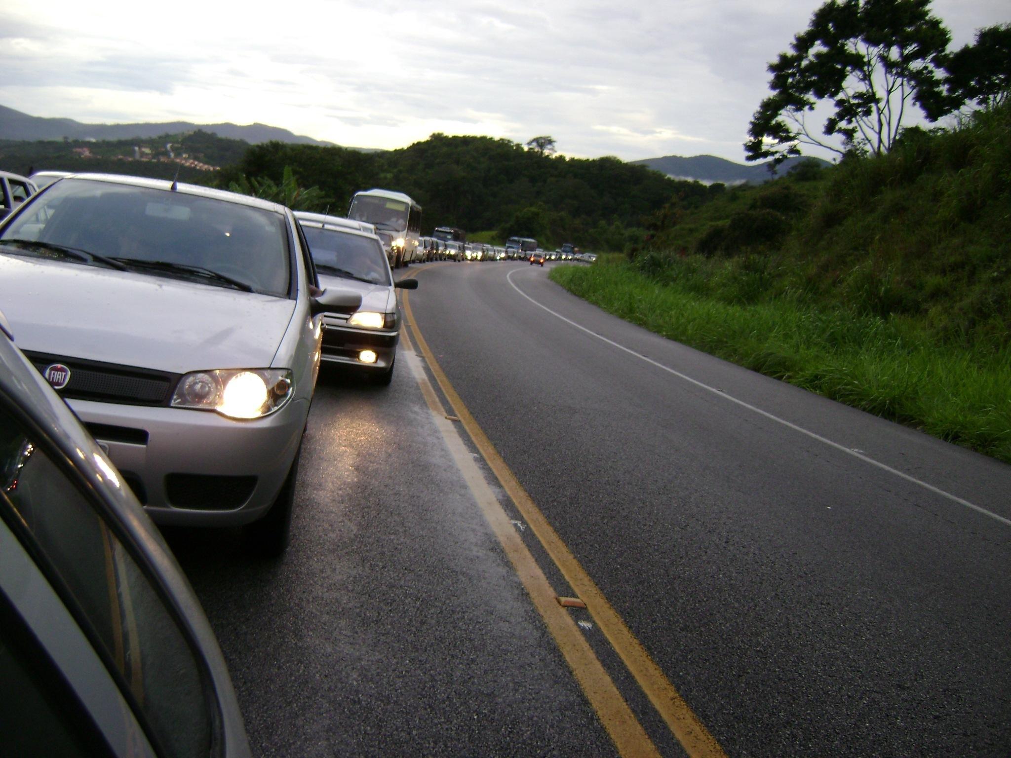 Usar farol baixo de dia passa a ser obrigatório em rodovias