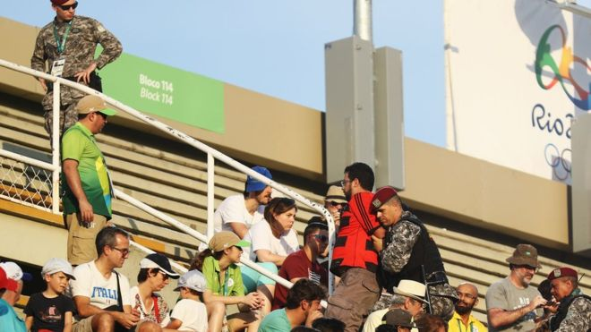 Duas visões: proibir 'Fora Temer' nas arenas da Rio 2016 é abusivo ou necessário?