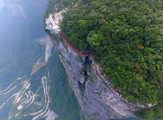 As vertiginosas vistas de quem percorre a passarela de cristal mais longa do mundo