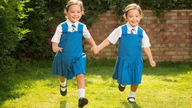 Gêmeas siamesas que tinham 20% de chance de sobreviver a separação se preparam para ir à escola
