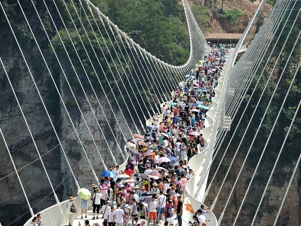 Ponte de vidro mais comprida do mundo é fechada na China
