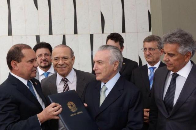 Temer exonera dois ministros para votarem a favor da PEC dos gastos