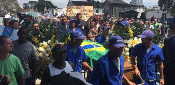 Corpo de Carlos Alberto Torres é enterrado em meio a homenagens de torcidas