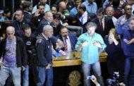 Manifestantes forçam entrada no plenário da Câmara e pedem golpe militar