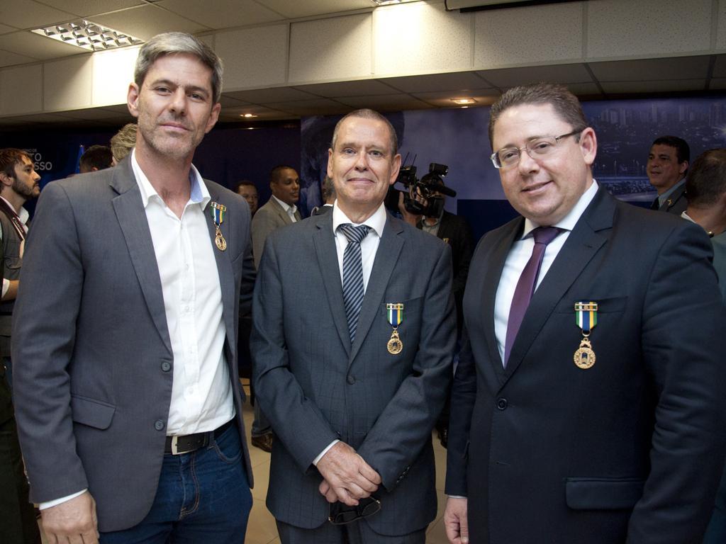 Secretário e assessor da Sejudh recebem maior honraria dada pela Polícia Militar