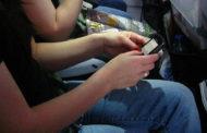 Usar o celular dentro do avião é mesmo perigoso?