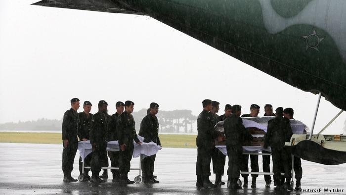 Aviões com corpos de vítimas chegam a Chapecó
