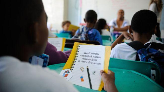 Brasil aumenta investimento em educação mas continua no grupo dos 'lanternas'