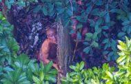 Fotógrafo faz registro raro de tribo isolada em floresta no Acre; veja imagens