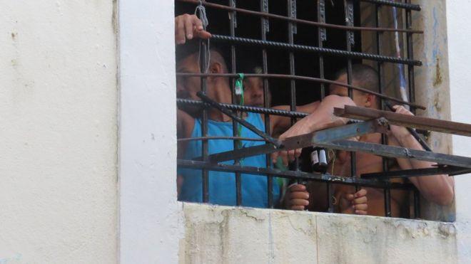 Presídios palcos de chacinas têm internos bebendo água de privada, sinal de celular e ameaças de decapitação