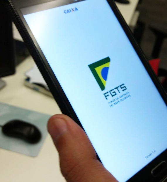 Não sabe se tem dinheiro no FGTS? Veja como descobrir usando app no celular