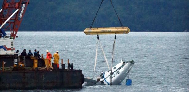 Destroços do avião de acidente com Teori começam a ser recolhidos do mar
