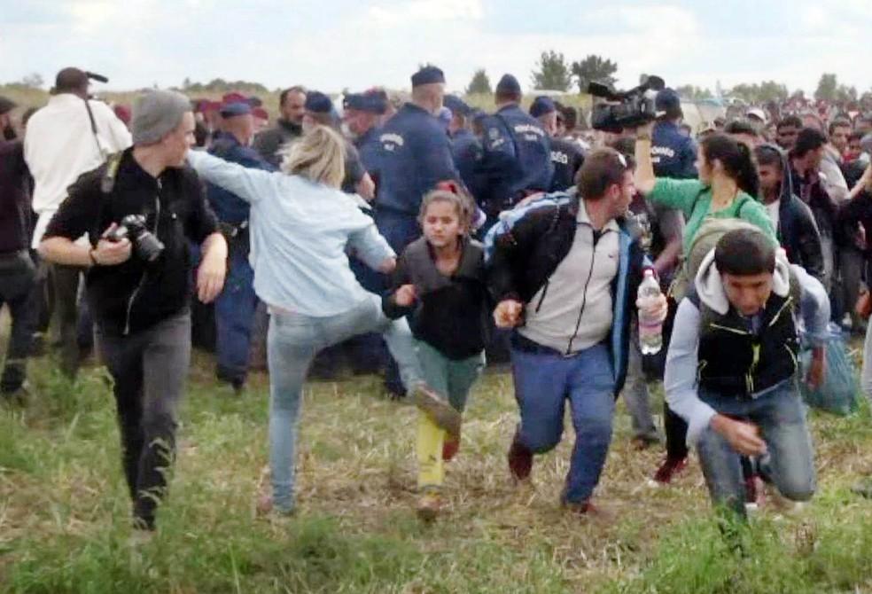Repórter húngara que chutou refugiados pega 3 anos de liberdade condicional