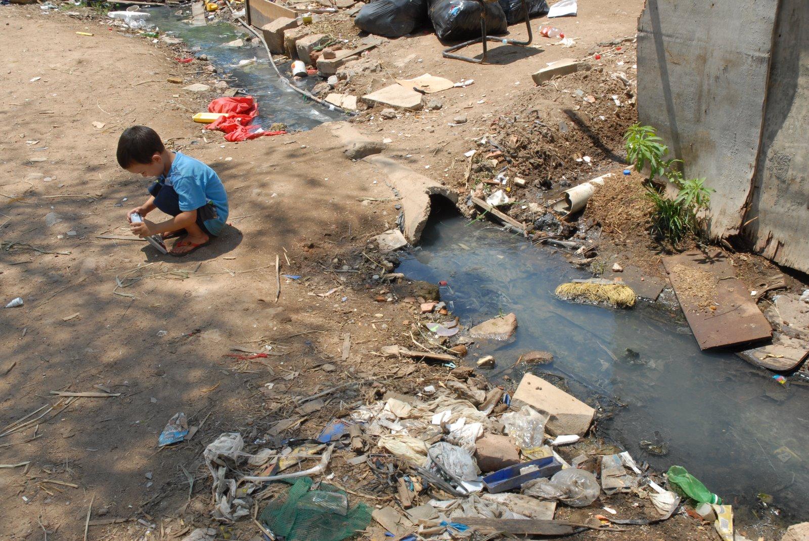 Saneamento melhora, mas metade dos brasileiros segue sem esgoto no país