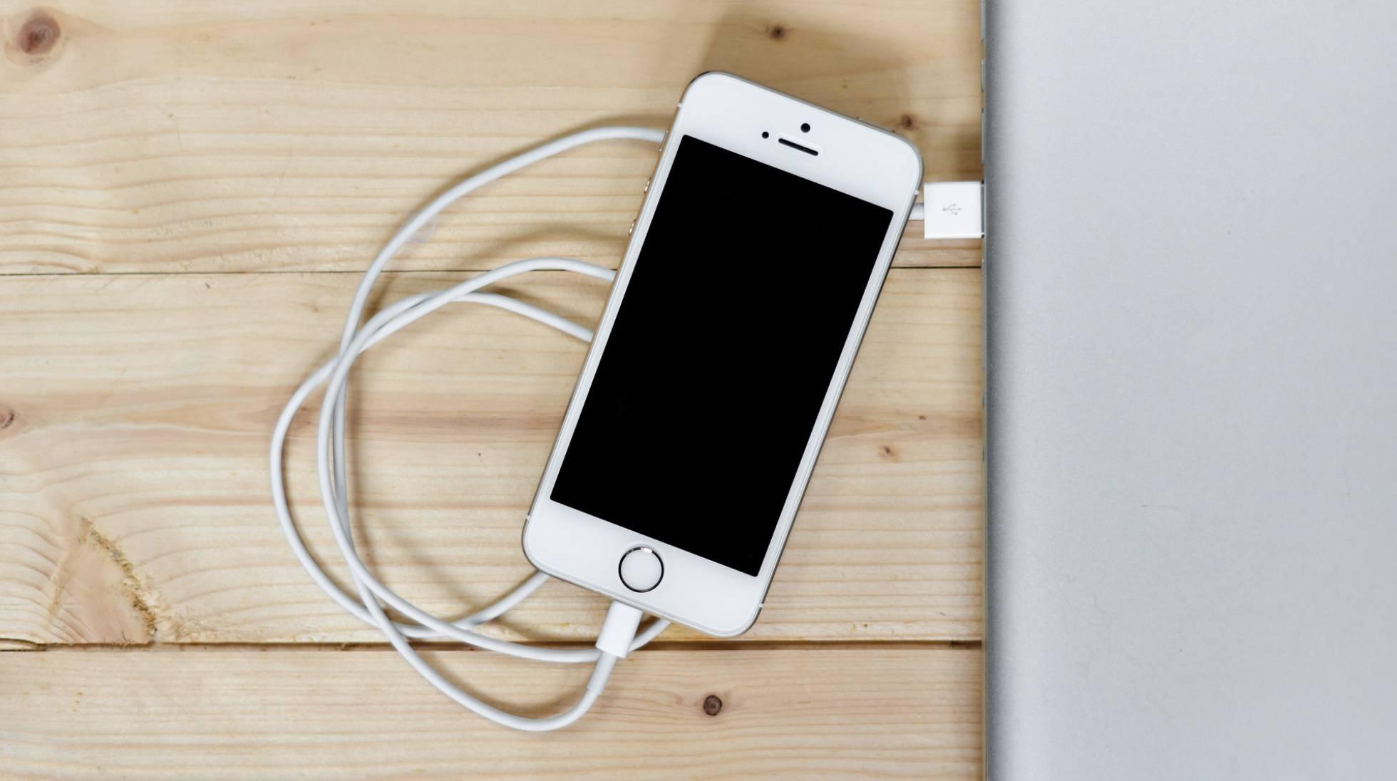 Smartphones : Como carregar corretamente a bateria do celular : mitos e lendas