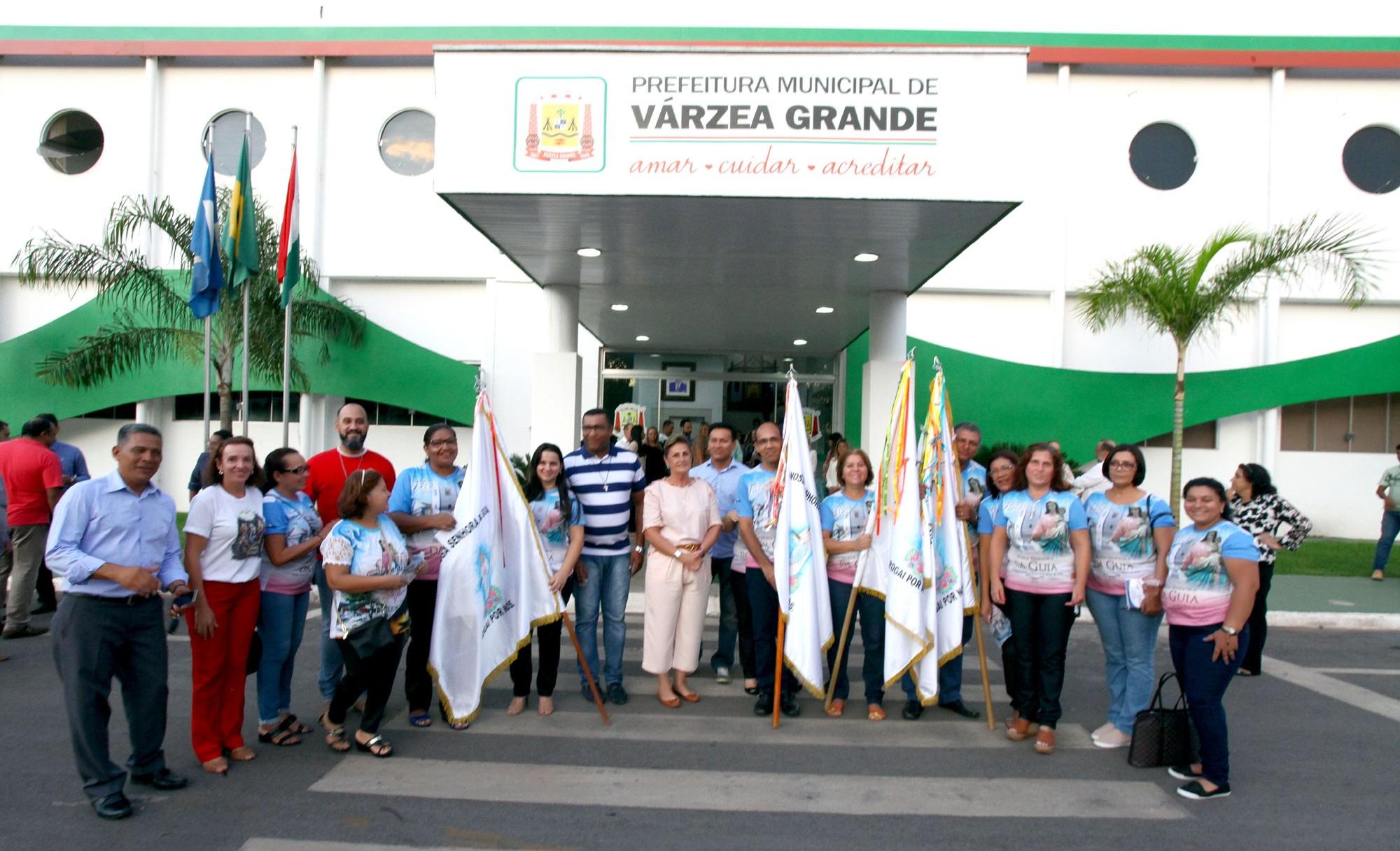 Prefeita recebe visita da bandeira dos festejos de 150 anos de Nossa Senhora da Guia