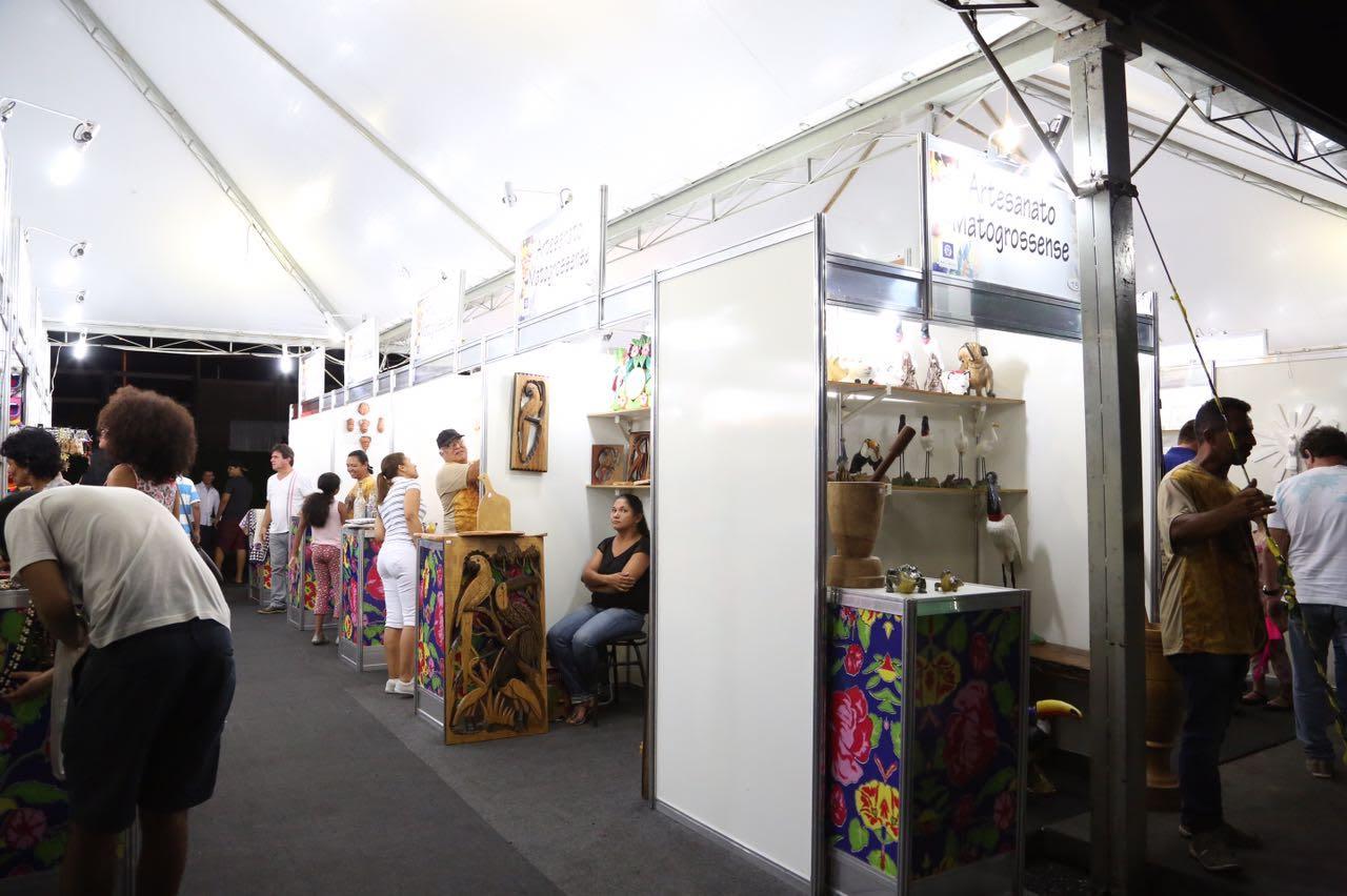 Brinquedos gratuitos, feira de economia criativa e praça de alimentação atraem famílias ao evento Auto da Paixão de Cristo