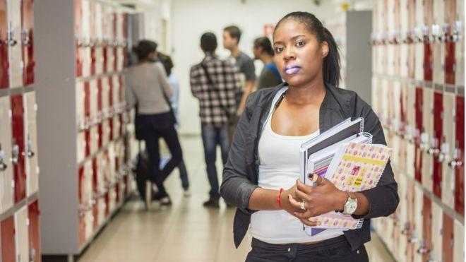 Rebaixar o currículo: a 'tática' para conseguir emprego que floresce na crise