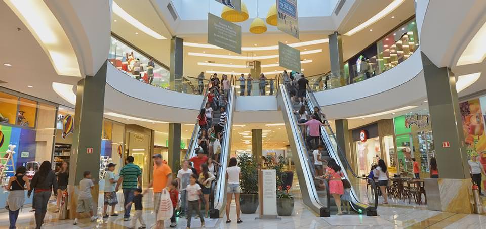 Homem é baleado e morre dentro de shopping