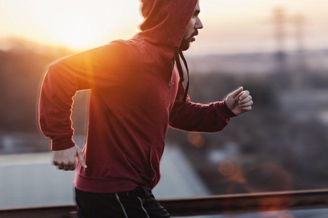 É melhor fazer exercício físico antes ou depois do café da manhã?