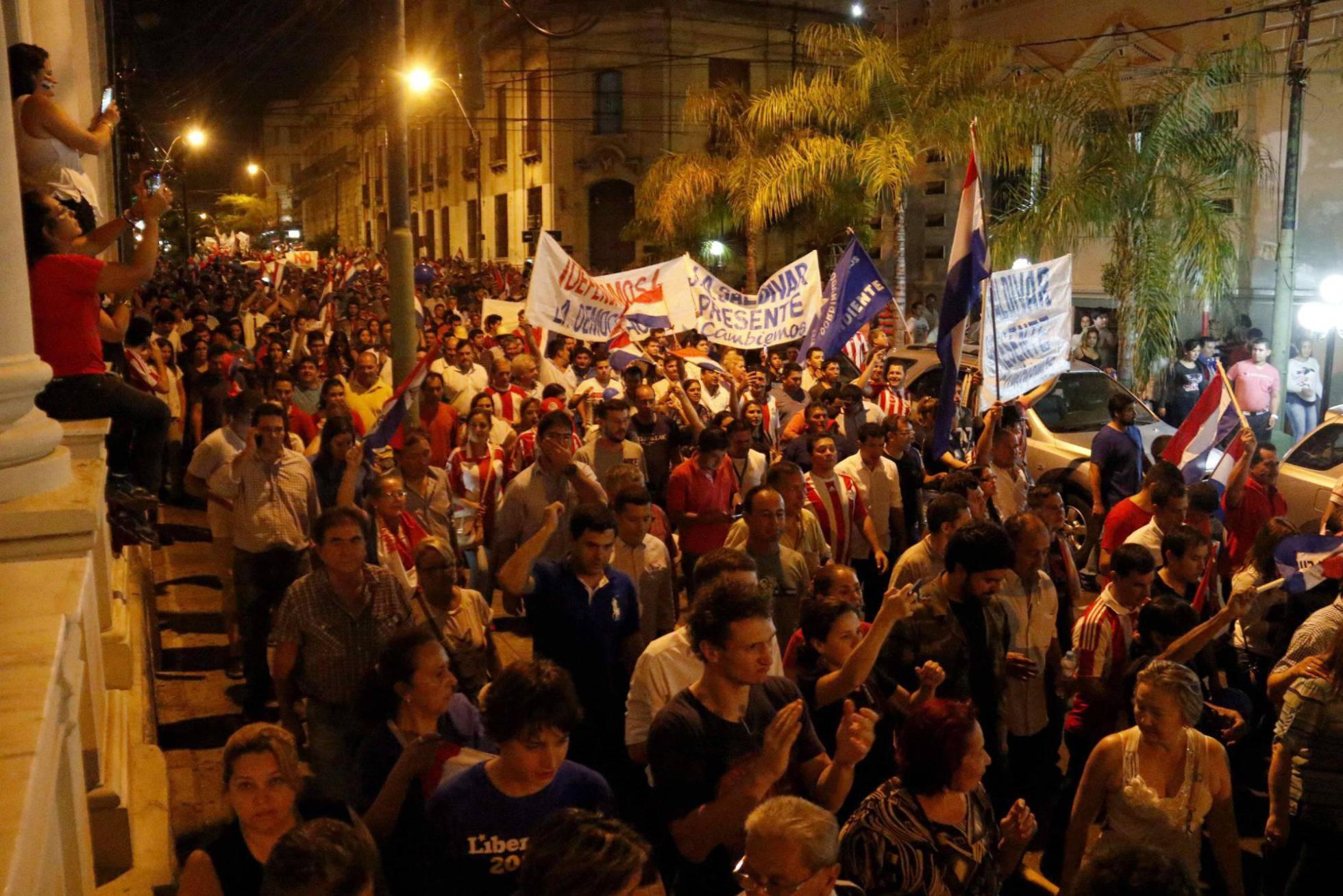 Congresso do Paraguai é incendiado após Senado aprovar reeleição presidencial