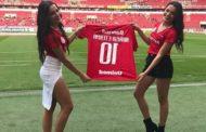 Emilly e Mayla se emocionam ao receberem camisa de futebol com o nome da mãe: