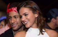 Neymar e Bruna Marquezine trocam mensagens 'secretas' pelas redes sociais.