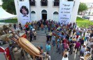 Velório de Belchior em Fortaleza tem homenagens, música, parentes e fãs