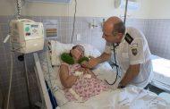 Médico se aposenta, mas visita hospital para cuidar de 'Clarinha', paciente em coma há 17 anos