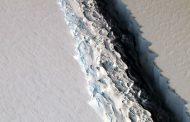 Iceberg gigantesco se desprende de plataforma de gelo na Antártica