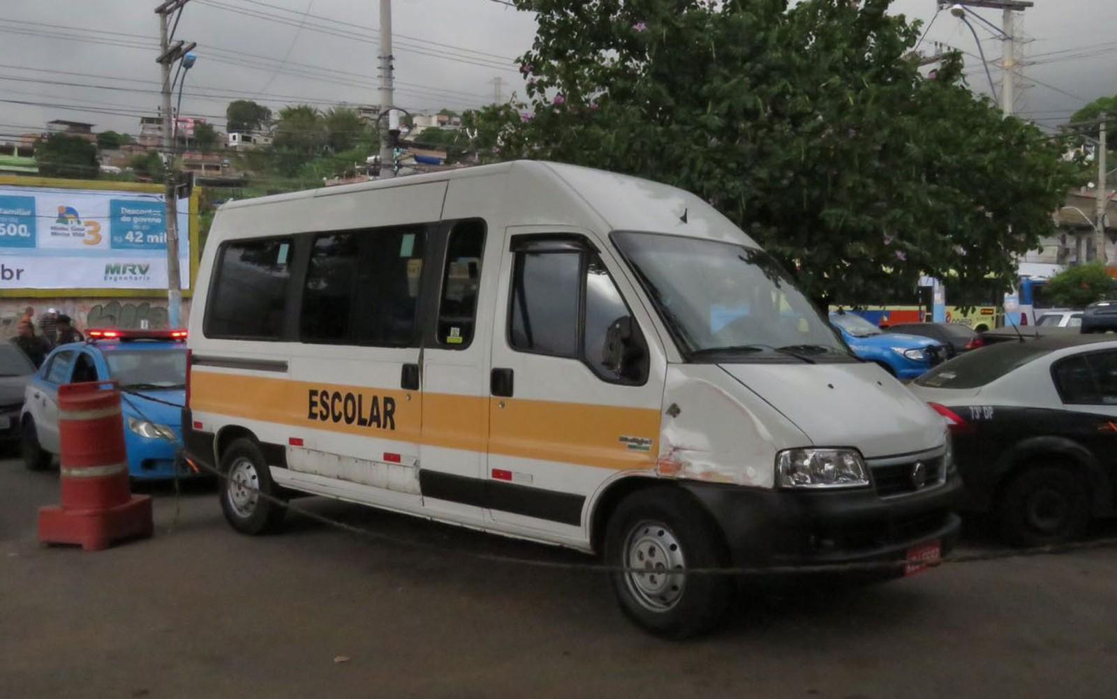 Criminosos roubam van escolar com duas crianças