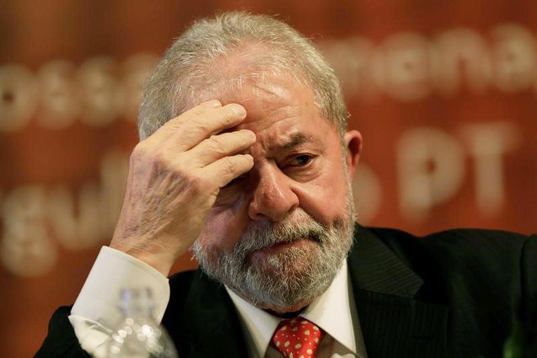 Lula dispensa avião e chega de carro em Curitiba