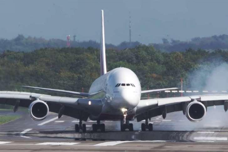 Vídeo: tempestade desestabiliza pouso de maior avião do mundo