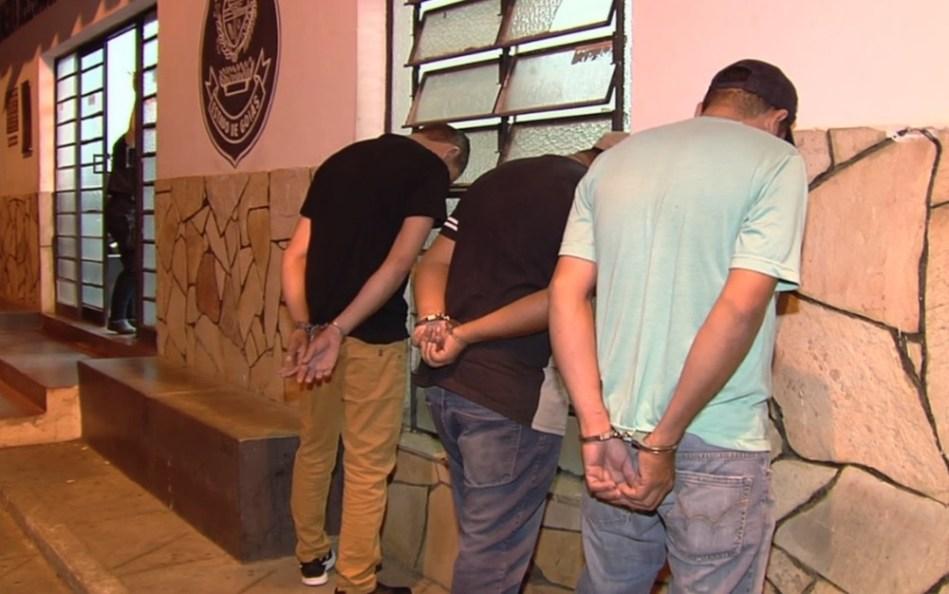 Homem é preso ao ser flagrado com filha de 14 anos e outras três menores bebendo e usando drogas em motel