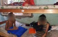 Trancadas em casa, crianças são resgatadas após jogarem bilhetes enrolados em pedras: 'fome e sede'